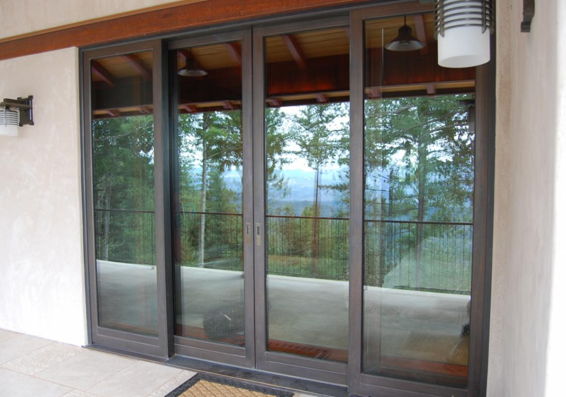 Dover Wood-Bronze: window and door systems in wood with exterior bronze cladding. Available with dual-pane glazing and triple-pane glazing.