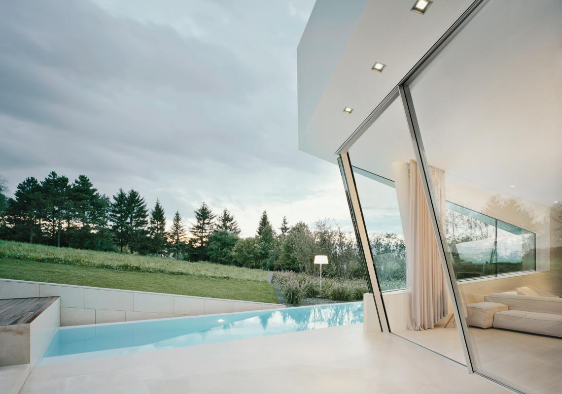 Sky-Frame Slope: These Sloped sliding doors can be installed with an inward or outward inclination, while still meeting drainage requirements. Available with dual-pane glazing and triple-pane glazing.