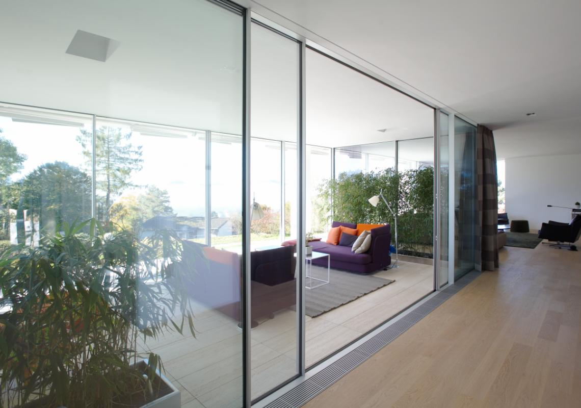 Sky-Frame 1: The single-glazed sliding doors are suitable for interior applications. The system also incorporates special seals that offer a high level of sound control.